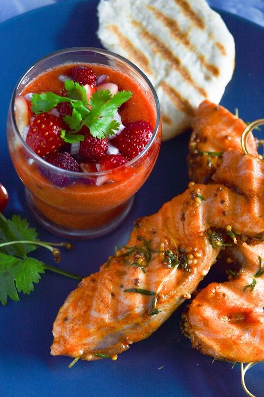 Chłodnik pomidorowy z owocową salsą i grillowanym łososiem