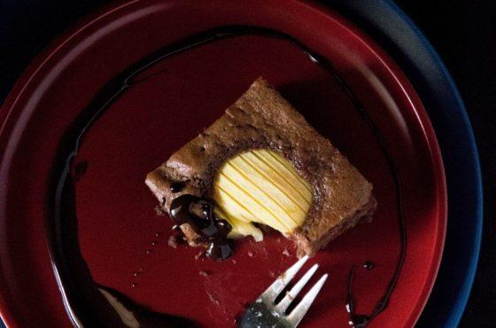 Murzynek z jabłkami i czekoladowo-truflową polewą