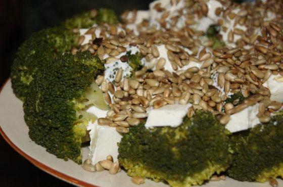 Lekka sałatka z brokułem i słonecznikiem