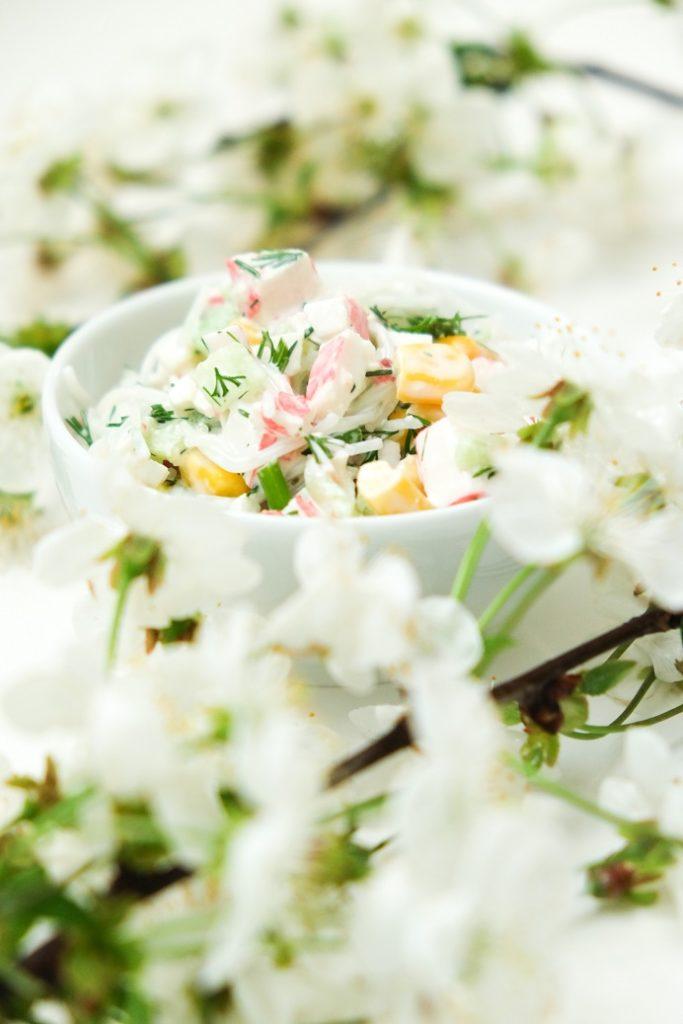 wiosenna sałatka z paluszkami krabowymi i koperkiem