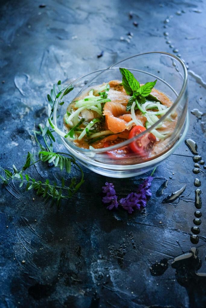 chłodnik pomidorowo-arbuzowy z wędzonym łososiem