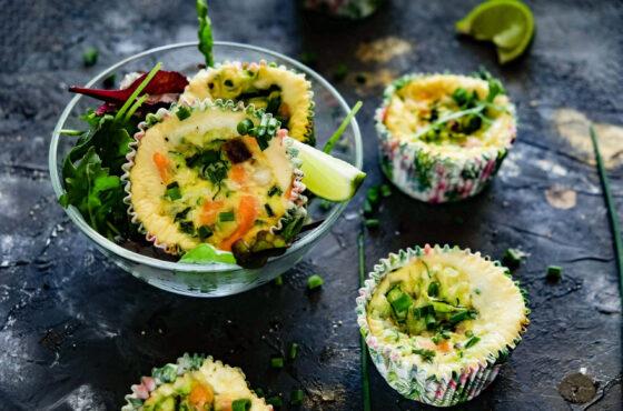 Muffiny śniadaniowe z łososiem i cukinią